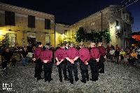 coro Monte Gonare canta in cerchio nella piazza di Orani