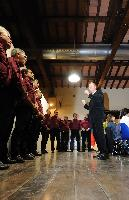 il coro Monte Gonare canta per la cittadinanza onoraria a Don Piero Mula