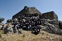Il coro di Orani in gruppo sotto la chiessa di Gonare