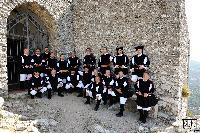 il coro di Orani vicino alle mura della chiesa di Gonare
