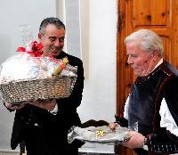I presidenti dei cori si scambiano i doni