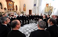 Sandro Pisanu dirige il coro Vohes de Onne