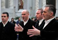 Sandro Pisanu dirige i coristi del coro Vohes de Onne