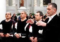 Sandro Pisanu dirige le prime voci del coro Monte Gonare Natale 2014