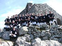 il gruppo corale di Orani vicino alla chiesa di Gonare nell\'anno 2006