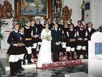 Il coro Monte Gonare in posa con gli sposi