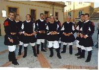 Alcuni coristi disimpeganti in piazza Convento ad Orani