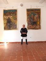 gianfranco Borrotzu ritratto tra i quadri di Mario Delitala