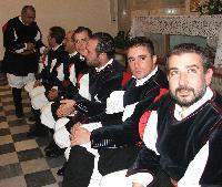 Alcuni componenti del Coro Monte Gonare vicino all'altare
