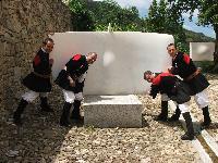 4 coristi sorreggono la scultura di Costantino Nivola