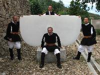 quattro coristi del Coro Monte Gonare al Museo Nivola