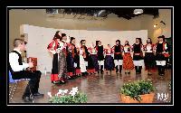 IL gruppo Folk di Orani schierato in semicerchio