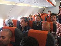 Il Coro Monte Gonare sull'aereo pe Londra