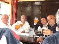 Alcuni coristi brindano in un pub di Londra
