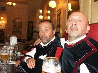 I coristi Franco Ladu e Mario Mogoro in un pub di Londra