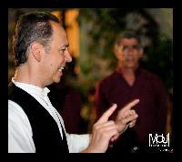 Il maestro Mauro lisei dirige il settore Bassi del coro Monte Gonare