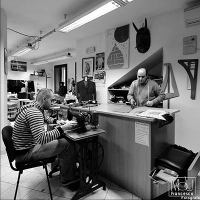 Gianni e Gonario Mura lavorano in sartoria